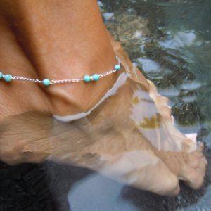 Chaine de cheville argentée et perles bleues