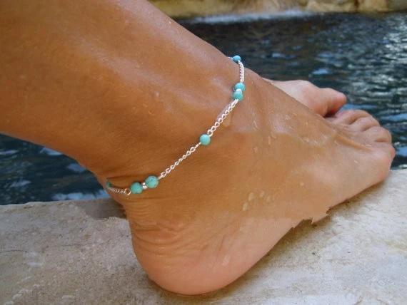 Chaine de cheville argentée avec perles bleues