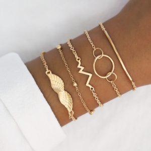 Ensemble de bracelets dorés avec forme ailes