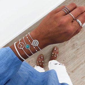 ensemble de bracelets argentés